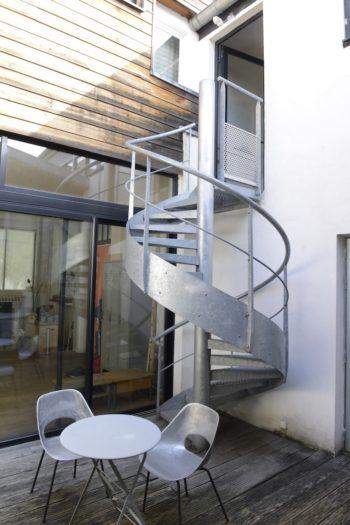 2階の寝室とバスルームへの行き来は螺旋階段で。