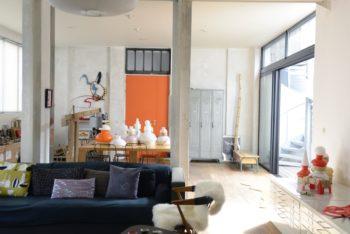 ギャラリー兼リビング。オレンジの扉が玄関。