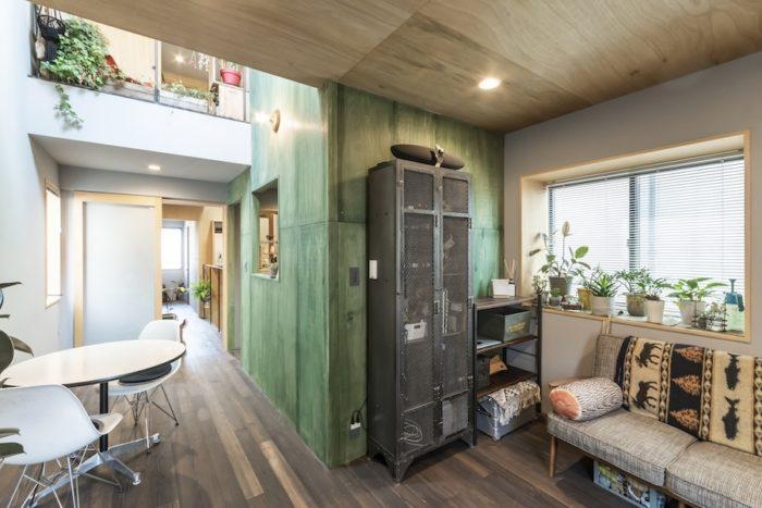 2階のリビングから見る。緑の箱の中は2階部分がキッチン、3階が和室になっている。