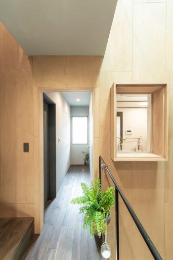 キッチンから、出窓を通して浴室の内部が見える。出窓は小物を置くスペースとしても活用されている。