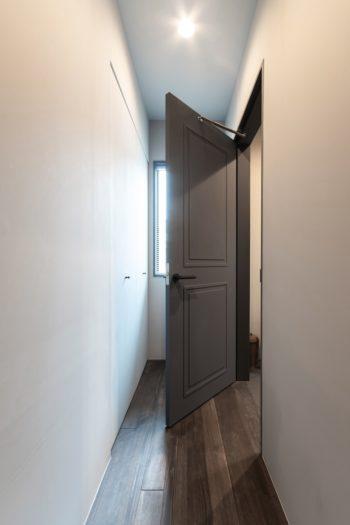 洗面所の扉のデザインは濱中さんのリクエスト。インターネットで見つけた写真で、望むテイストを伝えたという。
