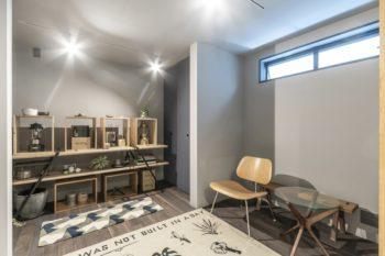 ホビールームにはイームズがデザインした家具も置かれている。