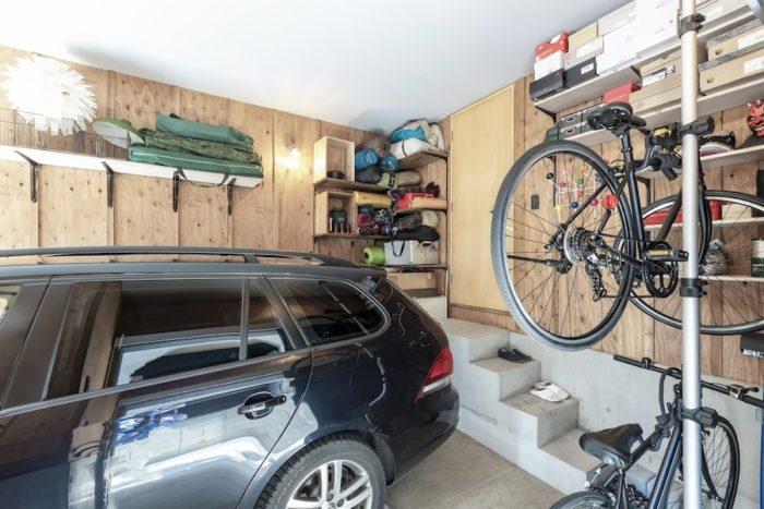 2人でよくキャンプに行くという濱中夫妻。キャンプ道具はガレージに収められている。壁の棚は濱中さんが自ら加工し取り付けたもの。