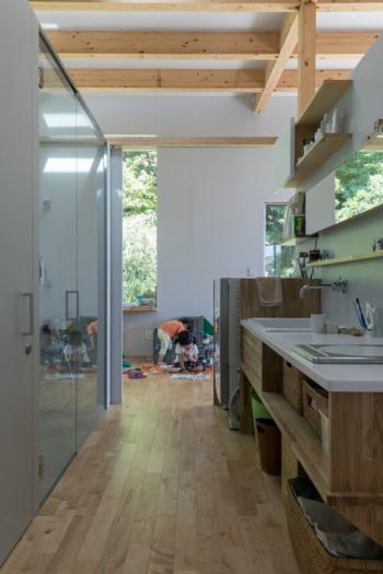 リビングの中央に、洗面所とバス・トイレがある。引き戸を閉めれば脱衣スペースとなる。