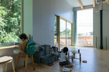 出窓に机を作った。目線を上げれば深い緑。右の縦長の窓の向こうには、稲村ヶ崎の海が見える最高の立地だ。