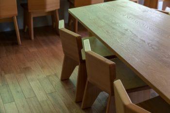 テーブルとイスは空間に合わせて小さめに作ってもらったのだそう。「建築家のお知り合いの方に製作していただきました」