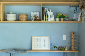 本棚やテーブルもDIYしたもの。
