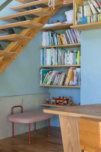 カフェの一角には本棚も。「小さいお子さんから、近くに住む高齢者の方まで、気軽に来ていただけるような場所にしたいと思っています」