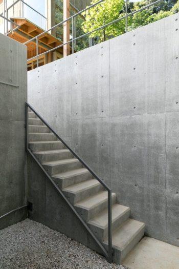 ギャラリーの奥の階段を上がっていくと、カフェの前庭に出る。
