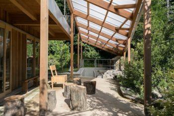 ギャラリーの階段と前庭をまたぐように半透明の波板のパーゴラがかかっている。