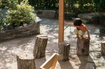 パーゴラの下は、雨の日でも子どもたちが遊べるスペースになる。