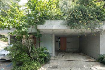 地形を生かして擁壁を兼ねた地下をつくり、車庫や玄関を配置。難しい工事が予想されたため、島村さんが信頼する「建築苔原」に施工を依頼。