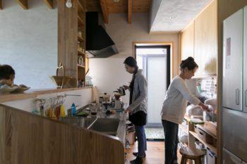 島村さんが設計し、大工さんが造作したキッチンは、収納扉をつけないことでコストダウンを図っている。