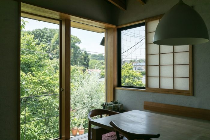 テラスの緑と遠くの緑が重なり、奥行きのある景色が望める。「視線が遠くに向くことで広さを感じる効果もあります」と島村さん。