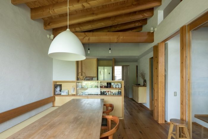 テーブルやベンチは島村さんが設計し、大工さんが造作。棟梁の生まれ故郷・紀州のヒノキを使用。