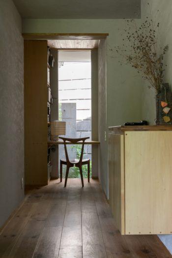 1階に設けたSさんのデスク。窓の向こうには隣地の擁壁が迫るが、手前の坪庭が心を和ませる。
