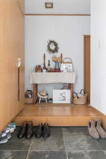 玄関を入ると、奥さまのセンスで設えられたコーナーに迎えられる。左から2足目の革靴は、ご主人が初ボーナスで買ったオールデン。
