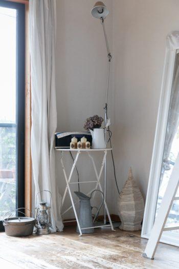 窓辺のコーナーの設え。アルテミデのフロアライトは夫妻で選んで買ったもの。