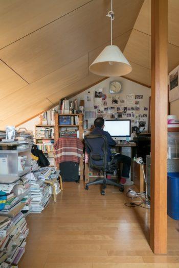 ロフトは岩本さんのスペース。レコード、本、洋服などが詰まった隠れ家のような空間。