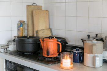 キッチンに並ぶ使い込まれたツールが、お料理好きなことを表す。