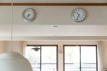 ダイニングの壁にかかったパリ、NY、日本の世界時計。パリとNYのものはNYのコンランショップで買い、日本のものは東京のコンランショップで購入した。