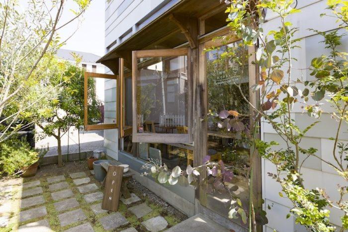お二人のリクエストであった木製の窓枠の開き戸がカフェらしさを演出している。