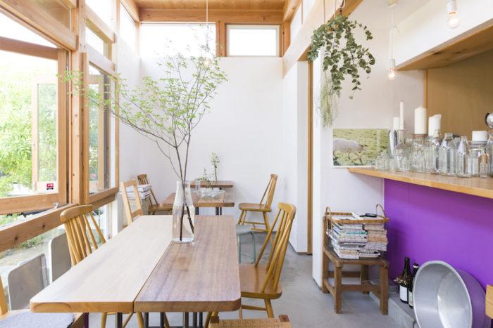 友人の家具職人が作製したオリジナルのテーブル&椅子。天板や脚はネジで外せるため、いつでも変更可能。この天板は二代目とのこと。