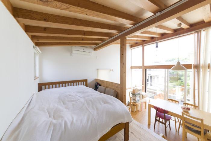天井が低く、落ち着く寝室。ベッドの枕元にはライフジャケットが掛けてある。引っ越しが東日本大震災のときで、泳げない紀子さんは真っ先に釣具屋に買いに走ったという思い出の品。