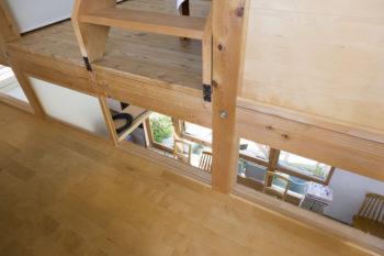 段差を設けることで、1階カフェ部分の天井が高くなるという利点も。曇りガラス窓からカフェに光が届き、明るさも確保。