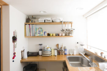 2階のキッチンは最低限のものをシンプルに。