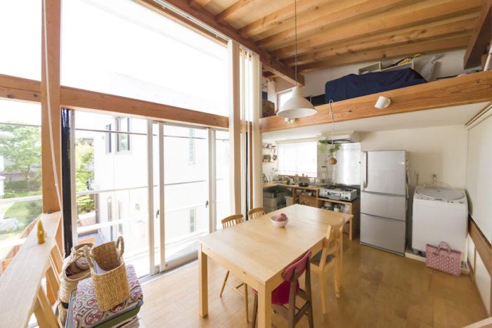南側に設けた天井までの開口から、たっぷりの陽射しが入る。キッチン&ワークスペースの上はロフトになっていて、現在は収納として活用。