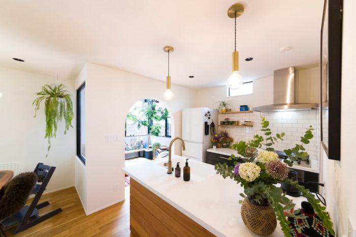 コンサバトリールームに隣接していて明るいキッチン。どこにいても光とグリーンに包まれる。