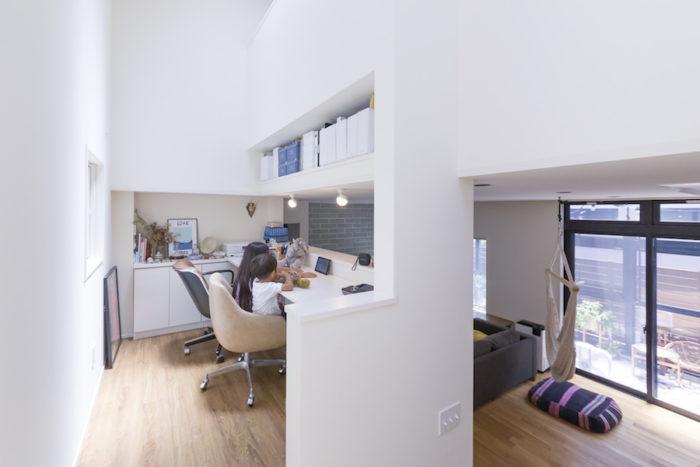 1階のLDKとも2階とも緩やかにつながっている中2階は、子供たちの勉強スペースにも。