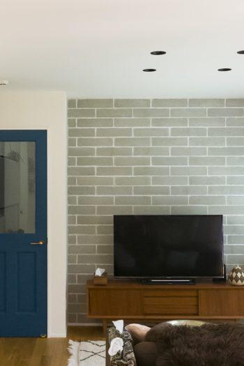 薄くしたコンクリートブロックを壁にアレンジ。TVボードは、「アンティークにもなじみつつモダンなテイストを出したくて」とセレクト。