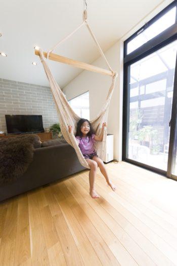 子供たちも大好きなハンモックは取り付けたかったもののひとつ。LDKの床は無垢のオーク材で、素足で歩いても気持ちがよい。