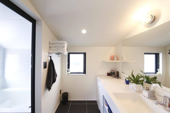 白と黒のコントラストが、清潔感を漂わせる水まわり。