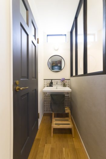 1階の玄関にも手洗い場を設けた。どこかに使いたかったサブウェイタイルをあしらい、仕切りの壁はコンクリート調にグレーで塗装。
