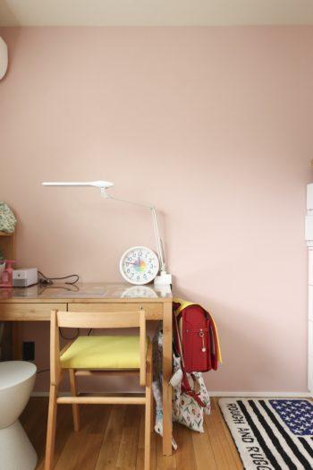 ベンジャミンムーアで微妙な薄いピンクに塗装した長女・碧乃ちゃんの部屋。
