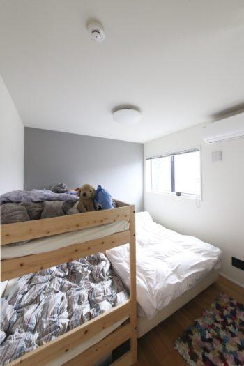 長男・橙利くんの部屋はグレーっぽいカラーに。いずれ子供部屋は2部屋に仕切る予定。
