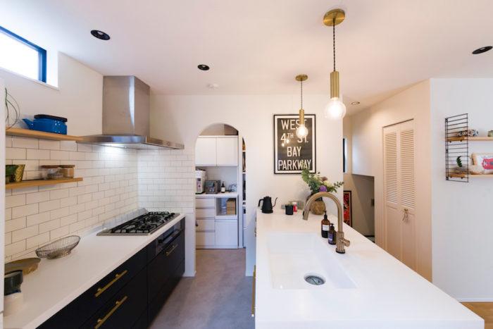 キッチンの奥にはパントリーを設置。入り口をアーチ型にしたのは美紀さんのこだわり。システムキッチンの引出しの取っ手は、海外から手配したものに付け替えた。