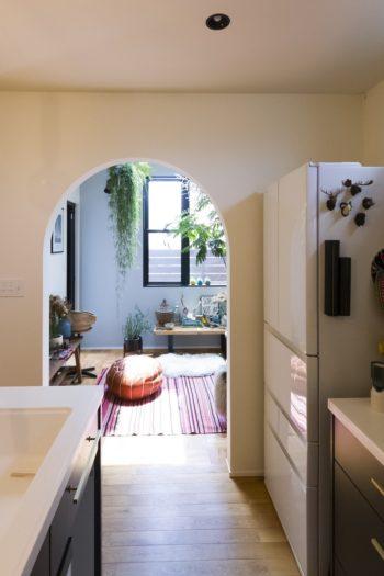 コンサバトリールームの入り口もアーチ型に。キッチンからは家のあちこちで子供たちが遊ぶ姿が確認できる。