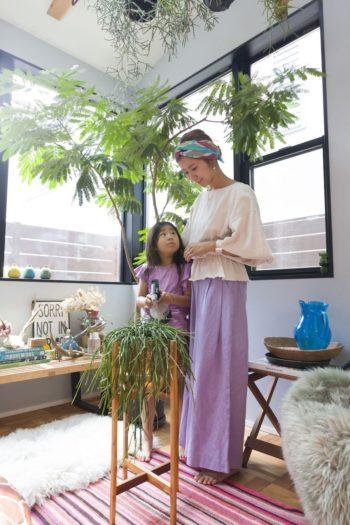 エバーフレッシュ、ホヤ、リプサリスなどグリーンのお世話は毎日の日課。美紀さんはウェブショップmarihojaを運営。