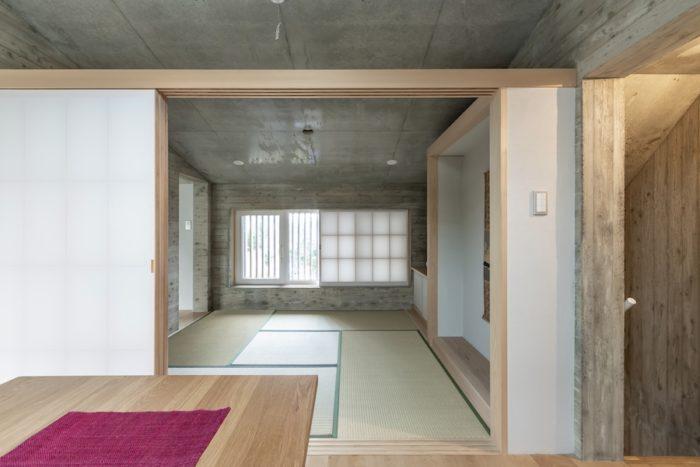 2階の和室を見る。今はまだ隣に建つ母屋も使用しているが、老後はこちらに完全に越すことを考えている。