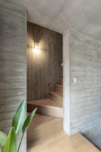 小上がりの部分から見る。杉板型枠による壁のラインが階段で横から縦向きに変わる。