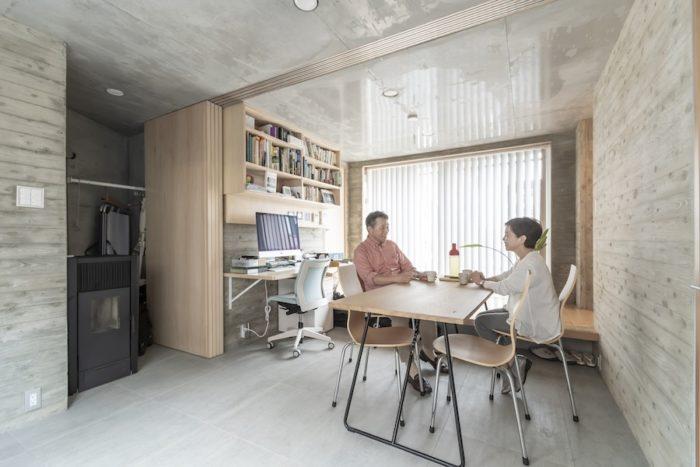 1階は地域の人も利用することを想定して土間にした。左奥が岡野さんの仕事スペースになっている。