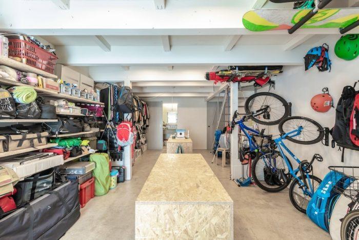 1階はサーフィン、テニス、野球、スノーボードとゴルフ関係の道具とマウンテンバイクにキャンプ用具などで壁面が埋まっている。正面奥には水回りが収められている。中央にあるのは収納棚。