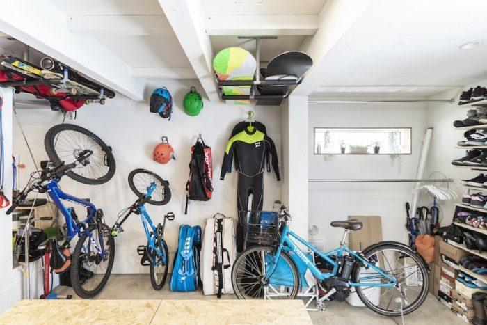 マウンテンバイクのほか、サーフィン、テニス、野球、スノーボードなどの道具が置かれている。
