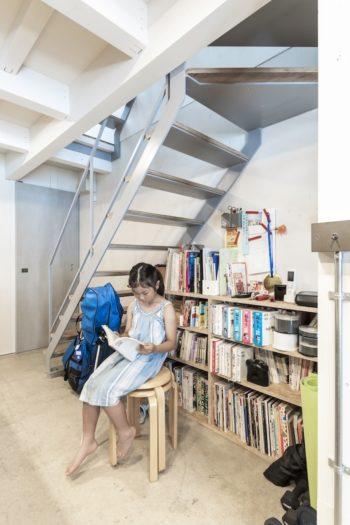 階段下には本棚が置かれている。