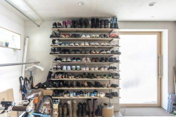 玄関脇には靴棚。玄関はマウンテンバイクの出し入れができる幅を確保している。