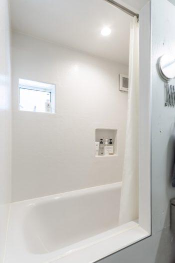 洗面スペースを広めに取り、お風呂は洗い場をなしにした。